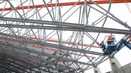 Roszady na stadionie miejskim. Herkules ominął żurawia BIZNES, Gospodarka - Wczoraj na placu budowy stadionu miejskiego Promostal przeprowadził operację przestawienia ogromnego dźwigu Herkules na drugą stronę stacjonarnego dźwigu wieżowego. To kolejny etap prac konstrukcyjnych.