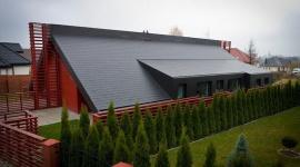 Włókno – cement, czyli dach dla Twojego nowego domu Przemysł, BIZNES - Architekci coraz chętniej wykorzystują włókno-cement w nowo powstałych inwestycjach - nie tylko w budynkach inwentarskich, lecz również w segmencie mieszkaniowym. Idealnym przykładem są inwestycje w Łanach i Oleśnicy.