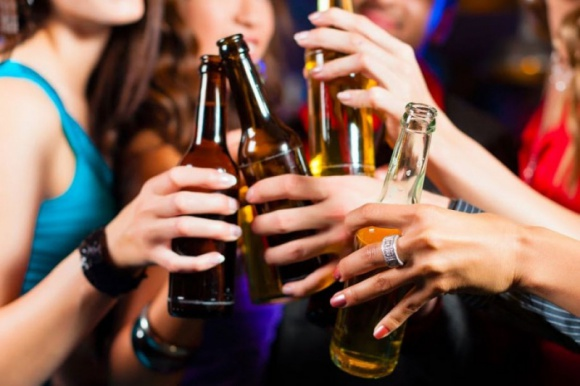 Czy alkohol ma płeć? BIZNES, Gospodarka - Powszechnie mówi się że mężczyźni wolą tzw. mocne trunki, kobiety o wiele chętniej sięgają po te z mniejszą zawartością alkoholu. Jednak specjaliści w tym temacie dalecy są od radykalnych podziałów.
