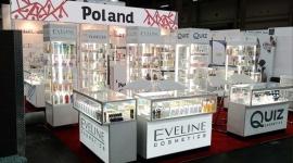Eveline Cosmetics na Międzynarodowych Targach Cosmoprof North America Las Vegas BIZNES, Gospodarka - W dniach 13 do 15 lipca 2014 Eveline Cosmetics uczestniczyła w misji gospodarczej w USA, która odbyła się na targach COSMOPROF NORTH AMERICA – LAS VEGAS, Mandalay Bay Convention Center.