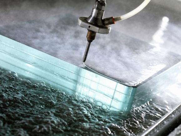 Strumieniowe cięcia wodą przy użyciu ścierniwa – Waterjet Intermac Primus Przemysł, BIZNES - Cięcie wodą pozwala na nieograniczone możliwości produkcyjne bez potrzeby zakupu drogich narzędzi. Dlatego od wielu lat popularnością cieszą się maszyny CNC do strumieniowego cięcia wodą przy użyciu ścierniwa. Jednym z nich jest Waterjet Primus włoskiego producenta Intermac.