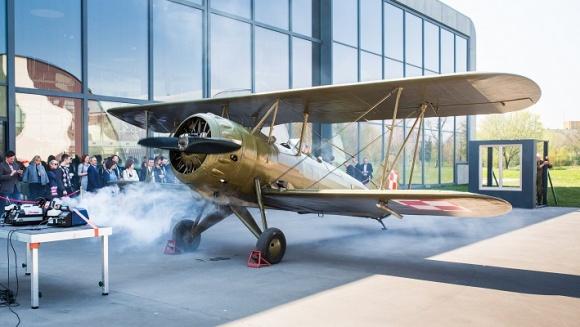 OKNOPLAST znowu zaskakuje BIZNES, Gospodarka - W dniu 23 kwietnia w Muzeum Lotnictwa Polskiego w Krakowie odbyła się niecodzienna konferencja prasowa. Główną atrakcją wydarzenia była pierwsza w Europie i prawdopodobnie na świecie próba wytrzymałości okna z wykorzystaniem samolotu z lat 30. – wyjątkowego PWS-26.