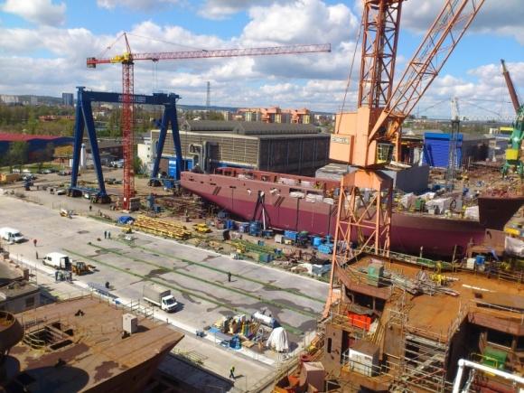 Dekpol zbudował stanowisko montażu dla Remontowa Shipbuilding BIZNES, Infrastruktura - W gdańskiej stoczni powstał nowy ciąg technologiczny przeznaczony do montażu i przesuwania jednostek pływających z możliwością wodowania statków do 130 m długości. Generalnym wykonawcą płyty żelbetowej wyposażonej w pełną infrastrukturę technologiczną był Dekpol.