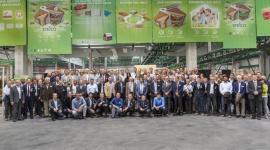 Klienci z całego świata przyjechali do nowej fabryki STEICO Przemysł, BIZNES - Najnowocześniejszą na świecie fabrykę LVL oraz kolejny ciąg produkcji płyt pilśniowych w Czarnej Wodzie zwiedzali 10 września klienci STEICO z całego świata.