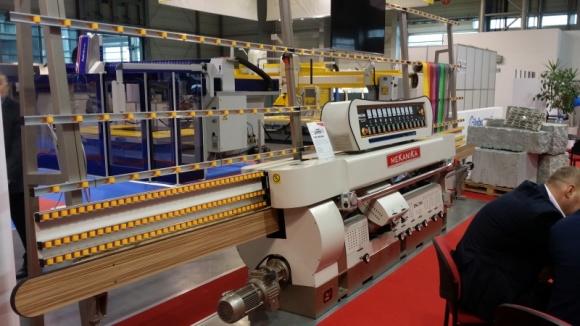 """Sześciu mocarzy pod banerem Mekanika Przemysł, BIZNES - Konfiguracja sześciu maszyn z oferty firmy MEKANIKA była ciekawym przystankiem na drodze zwiedzania targów GLASS w Poznaniu. Ten największy w Polsce dystrybutor światowych marek zaprezentował możliwości ich pracy """"na żywo"""", obrabiając wiele trudnych elementów ze szkła."""