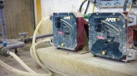 Pompy przewodowe stosowane w transporcie bentonitu Przemysł, BIZNES - • Zastosowywanie w aplikacjach ściernych, gdzie pompy śrubowe ulegają szybkiemu zużyciu • Pompy Bredel APEX15 wykazują znacznie większą trwałość niż pompy śrubowe • Stwierdzono znaczącą poprawę niezawodności w ciągu trzech lat od instalacji