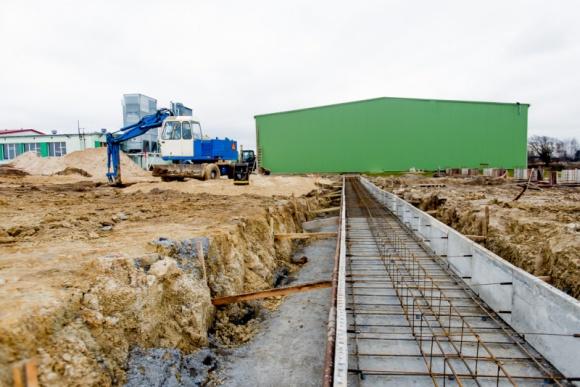 Najwyżej położona fabryka w regionie Przemysł, BIZNES - W marcu ruszyły prace budowlane, a już jesienią planowane jest ukończenie nowej hali produkcyjnej Spółki Meblowej KAM z Milejewa. Inwestycja pozwoli zwiększyć dotychczasową produkcję mebli kuchennych, poprawić ich jakość i wprowadzić do oferty kolejne nowe kolekcje.