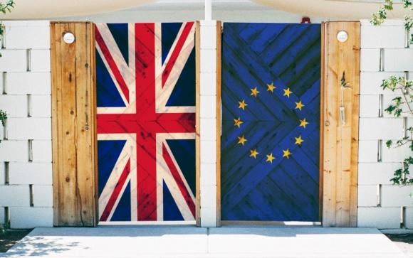 Outsourcing po Brexicie z perspektywy Europy Środkowo-Wschodniej BIZNES, Gospodarka - Po referendum, w którym Brytyjczycy zadecydowali o opuszczeniu Unii, spora część świata jest w szoku. Od piątku zastanawiamy się więc także nad tym, jaka jest przyszłość outsourcingu i czy wyjście UK z Unii wpłynie na perspektywy rozwoju polskich firm outsourcingowych.
