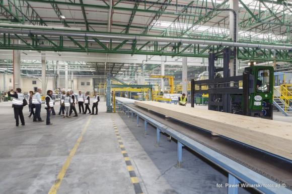 STEICO zwiększa moce produkcyjne w Czarnej Wodzie Przemysł, BIZNES - Fabryka STEICO LVL musi produkować jeszcze więcej ekologicznego materiału konstrukcyjnego. Rok po uruchomieniu zapadła strategiczna decyzja inwestora o dalszej rozbudowie zakładu w Czarnej Wodzie, która pozwoli na podwojenie zdolności wytwórczych do 160 000 m3.