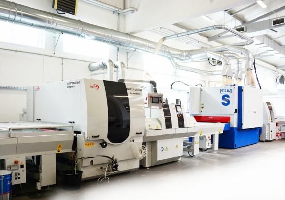 Połysk na surowej płycie Przemysł, BIZNES - Nowatorska linia lakiernicza w firmie Sklejbud pozwala na nadanie lustrzanego połysku nawet płycie wiórowej laminowanej. Jest to jedyna taka linia na świecie, a zainstalowała ją u radomskiego producenta firma TEKNIKA.