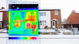 Mostki termiczne a styropian Swisspor Lambda White BIZNES, Gospodarka - Mostki termiczne inaczej nazywane cieplnymi to miejsca w budynku, przez które ucieka ciepło. W praktyce mogą podnosić koszty ogrzewania domu nawet o 30%. Efektem są wyższe rachunki za energię. Sprawdźmy więc gdzie i dlaczego powstają?