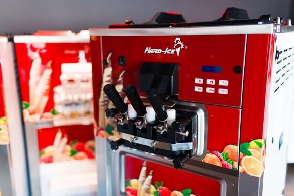 """Jeszcze """"lżejsze"""" lody włoskie? Tak! To możliwe dzięki nowym maszynom Hard - Ice BIZNES, Gospodarka - Zamiłowanie Polaków do tzw. lodów włoskich nie poddaje się aktualnym trendom na rynku. Od lat jesteśmy wierni tym lodowym smakołykom."""