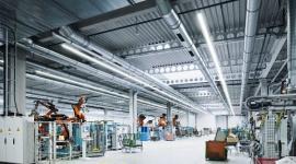 Rekordowa wydajność dla przemysłu BIZNES, Infrastruktura - Najnowsza E-Line LED, jedna z najpopularniejszych opraw w ofercie firmy TRILUX, osiągnęła wydajność na poziomie 169 lm/W. To kolejny argument za przejściem na diodowe rozwiązania oświetleniowe.