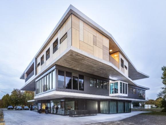 Szwajcarski inkubator architektonicznych trendów BIZNES, Infrastruktura - Wychodząc naprzeciw wymogom współczesnego rynku, stawiającego na pracę projektową oraz interdyscyplinarność, naukowcy Uniwersytetu w Lucernie stworzyli eksperymentalny budynek, mający dać odpowiedź, jakie otoczenie sprzyja wykonywaniu tego typu zadań.