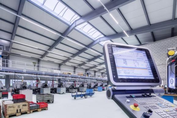 Rozwiązanie 4 generacji w 3-zmianowym zakładzie BIZNES, Infrastruktura - Optymalizacja oświetlenia hali zakładu działającego w trybie trzyzmianowym niesie ze sobą ogromny potencjał oszczędności. Wdrożenie w takich warunkach instalacji, wykorzystującej elementy koncepcji Przemysłu4.0, pozwala zmniejszyć koszty energii nawet o kilkadziesiąt procent.