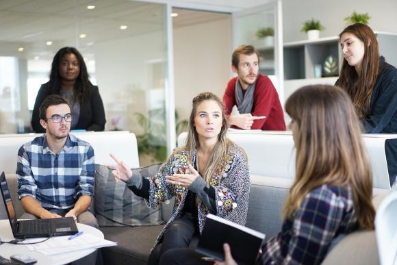 Przywództwo poprzez służenie – czy może się przydać w twojej firmie? BIZNES, Gospodarka - Choć służebne przywództwo dla niektórych brzmi jak oksymoron, menedżerowie coraz częściej dostrzegają zalety zarządzania w myśl tej idei. Co w praktyce oznacza ona dla pracodawców oraz pracowników i jak przekłada się na funkcjonowanie całej firmy?