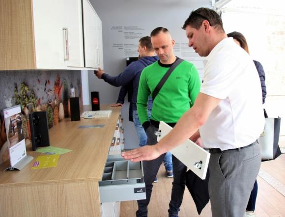 Hettich on Tour - zobaczyć, dotknąć, zamontować Przemysł, BIZNES - Hettich on Tour to unikalna forma prezentacji nowości produktowych dla producentów mebli, podczas której mobilny showroom odwiedza kilkanaście miast w Polsce przyciągając rzesze stolarzy.