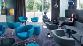 Bo to siedzenie robi pierwsze wrażenie - przegląd mebli tapicerowanych BIZNES, Gospodarka - Krzesło, fotel, sofa to niezbędne meble w recepcji i poczekalni biura każdej firmy. Od nich zależy – od wyglądu, ale też ergonomii i wygody użytkowania – w jaki sposób klienci będą postrzegać firmę i czy wyniosą z niej dobre wspomnienia