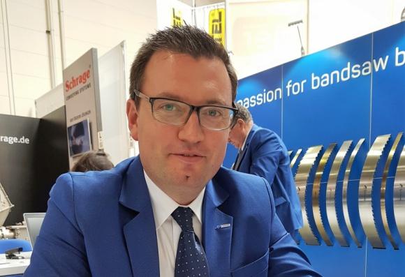 Misja w polskich tartakach Przemysł, BIZNES - Tomasz Walawender z firmy Metamob zrealizował wyjątkową misję w polskich tartakach, w celu rozpoznania głównych problemów i oczekiwań przedsiębiorców odnośnie pił taśmowych.