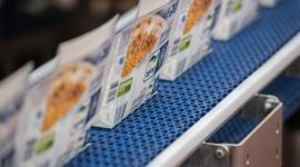 Bydgoszcz: FRoSTA otwiera nową linię produkcyjną BIZNES, Gospodarka - 28 września 2017 r. w Bydgoszczy, otwarta została unikatowa na skalę światową, nowoczesna linia do produkcji wyrobów rybnych FRoSTY. Uroczystość była zwieńczeniem, opiewającej na 65 milionów złotych, inwestycji firmy w Polsce i doskonałą okazją do podsumowań jej osiągnięć.