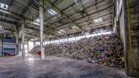 """Paliwa alternatywne, czyli drugie życie foliowej torebki Przemysł, BIZNES - Tegoroczna Akcja Sprzątanie świata (15-17 września) odbywa się pod hasłem """"Nie ma śmieci – są surowce"""". O tym, że wiele przedmiotów można powtórnie wykorzystać, wie polska branża cementowa."""