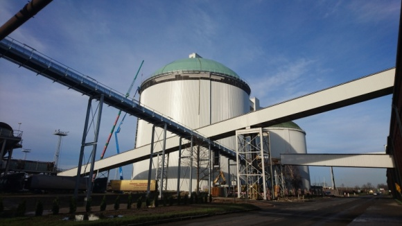 Membrany Protan na kopule silosa Przemysł, BIZNES - Trwa modernizacja zabytkowej Cukrowni Kluczewo w Stargardzie. W ramach planu rozbudowy terenu, powstaje drugi silos cukrowy, o poj. 60 tys. ton i wysokości zbliżonej do 20-piętrowego budynku. Pokrycie dachowe dla tego obiektu dostarcza firma Protan.
