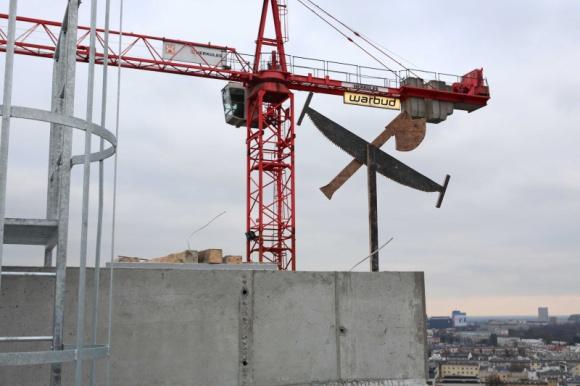 WIECHA NA EQUATORZE IV BIZNES, Gospodarka - Warbud S.A, generalny wykonawca biurowca Equator IV przy Al. Jerozolimskich 100, zawiesił wiechę na 14. piętrze budynku. Tym samym zakończyły się prace nad konstrukcją biurowca i osiągnął on już swoją docelową wysokość 55 metrów.