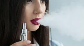 Unijni eksperci dbają o bezpieczeństwo e-papierosów BIZNES, Gospodarka - W środę 28 lutego w Berlinie odbędzie się spotkanie unijnego Komitetu Technicznego badającego elektroniczne papierosy oraz używane do ich uzupełniania płyny, tzw. e-liquidy. W gronie ekspertów nie zabraknie polskiego akcentu.