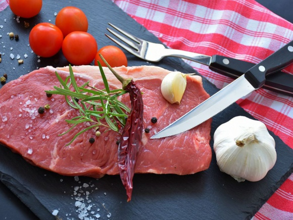 Polacy w czasie świąt częściej stawiają na produkty mięsne jakości premium BIZNES, Gospodarka - Wyniki finansowe branży produkcji mięsnej wskazują, że rynek ten w Polsce stale rośnie. W sektorze pojawiła się nisza i coraz więcej konsumentów poszukuje produktów wysokiej jakości.