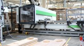 CNC w służbie koneserom dźwięku Przemysł, BIZNES - Niestandardowy kształt elementu obróbczego może stanowić problem w obróbce CNC, dlatego ważnym kryterium wyboru maszyny może być sposób mocowania formatki. Dla firmy Diora Świdnica, która produkuje obudowy głośników, kryterium to spełniło centrum obróbcze Biesse Rover A.