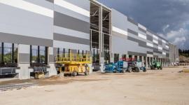 FM Logistic buduje nowy magazyn w Lućmierzu BIZNES, Gospodarka - FM Logistic, kontynuuje inwestycje w nowe obiekty przeznaczone dla klientów drobnicowych. Na ukończeniu jest nowy obiekt magazynowy w Lućmierzu k. Łodzi. Zastąpi on do tej pory wykorzystywany obiekt w tej samej miejscowości. Pierwsze operacje będą realizowane już we wrześniu br.