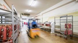 Specyfika oświetlenia hal przemysłu mięsnego BIZNES, Infrastruktura - Przepisy dotyczące przemysłu mięsnego są nieustannie przedmiotem dyskusji i modyfikacji. Choć w porównaniu z niektórymi regulacjami zalecenia na temat warunków oświetleniowych są stosunkowo stałe, dynamicznie zmienia się technologia, dzięki której można je skutecznie realizować.
