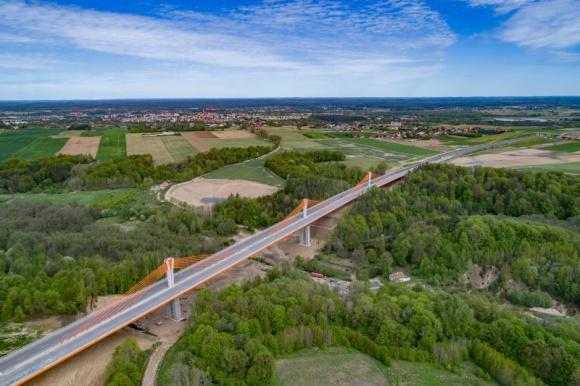 Lafarge stawia na infrastrukturę BIZNES, Infrastruktura - W 2018 roku Lafarge w Polsce dostarczył ponad 200 tys. m3 mieszanki betonowej dla inwestycji infrastrukturalnych. W 2019 roku firma wyprodukuje i ułoży 320 tys. m2 nawierzchni betonowej na Autostradzie A2.