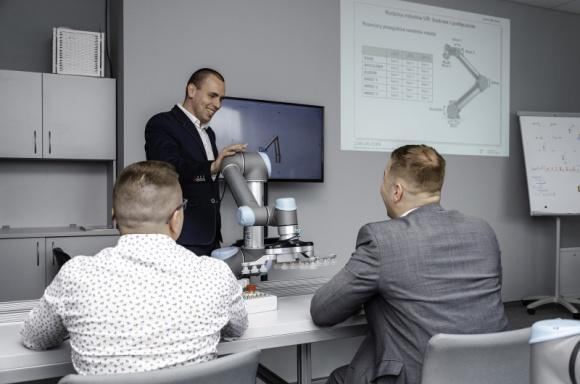 Universal Robots uruchamia Autoryzowane Centra Szkoleniowe, także w Polsce Przemysł, BIZNES - Universal Robots kontynuuje obniżanie barier dotyczących robotyzacji z praktycznymi szkoleniami nt. programowania. Firma uruchomiła Autoryzowane Centra Szkoleniowe na całym świecie, w tym dwa w Polsce - w Warszawie i Wrocławiu.