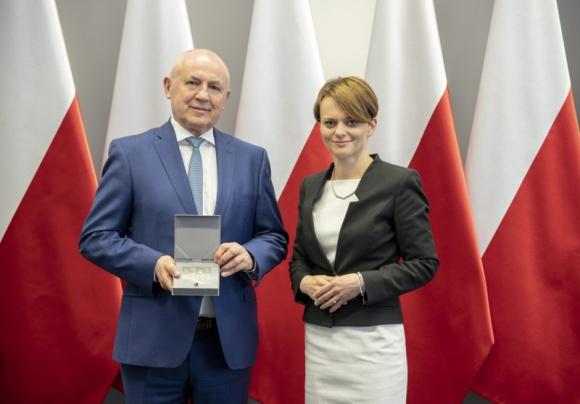 Leszek Gierszewski uhonorowany medalem 100-lecia Odzyskania Niepodległości BIZNES, Gospodarka - Leszek Gierszewski, Prezes Zarządu DRUTEX S.A. został uhonorowany medalem 100-lecia Odzyskania Niepodległości.