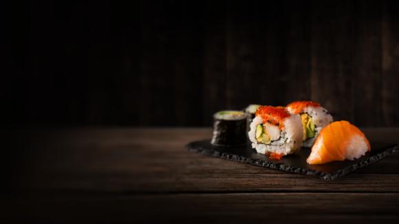 Międzynarodowy Dzień Sushi BIZNES, Gospodarka - Nigiri, sashimi i uramaki zagościły w biurach i domach Polaków, ciesząc się coraz większym uznaniem. Z okazji Międzynarodowego Dnia Sushi, który przypada 18 czerwca, platforma PizzaPortal.pl przygotowała statystyki na temat tego popularnego dania.