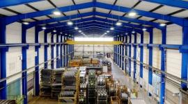 Modernizacja w halach pełnych pras Przemysł, BIZNES - Efektywność energetyczna i emisja CO2 to słowa-klucze opisujące zmiany w europejskich przedsiębiorstwach w ostatnich latach. W zakładzie Hörmann Automotive modernizacja oświetlenia pozwoliła zmniejszyć wydatki na prąd o 70% i uzyskać szereg jakościowych korzyści.