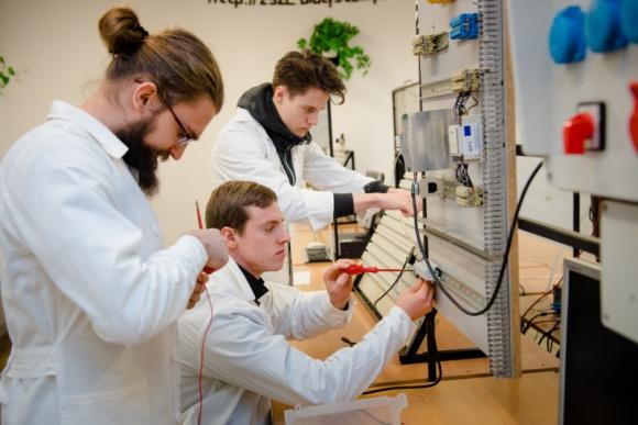 Nowy kierunek z unijnym wsparciem w Białymstoku Przemysł, BIZNES - Jest jeszcze szansa na naukę w nowej klasie od patronatem firmy KAN. 12 lipca ruszyła rekrutacja uzupełniająca dla absolwentów szkół podstawowych.