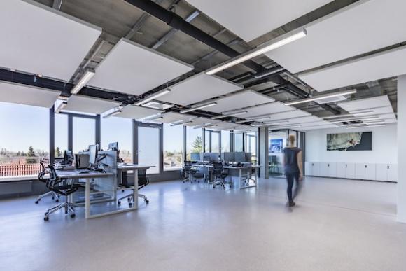 Oświetlenie biurowe dla zdrowia i produktywności BIZNES, Infrastruktura - Eksperci przewidują, że Human Centric Lighting - oświetlenie dostosowujące się do pory dnia – stanie się wkrótce w Unii Europejskiej zalecanym normami elementem instalacji. Już dziś jednak, bez formalnych wymagań, coraz częściej znajduje ono zastosowanie w biurach.