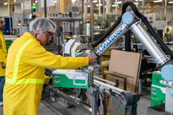 6 robotów współpracujących Universal Robots wspiera Unilever w Katowicach Przemysł, BIZNES - W fabryce Unilever w Katowicach coboty przyspieszają proces paletyzacji i poprawiają ergonomię pracy