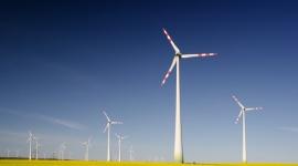Czy zrównoważony rozwój się opłaca? Przemysł, BIZNES - Przez najbliższe 15 lat koszty infrastruktury w transporcie, zarządzaniu energią i gospodarką wodną wyniosą ok. 6 tys. mld dolarów rocznie. Na rozwój infrastruktury niskoemisyjnej wystarczyłaby 22 razy mniejsza kwota – wynika z danych Schneider Electric.