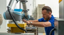 AQUAEL rozpoczął proces automatyzacji z robotami współpracującymi Przemysł, BIZNES - Universal Robots – lider i pionier na rynku robotów współpracujących wyposażył fabrykę AQUAEL, czołowego producenta branży akwarystyki, w robota UR5 automatyzującego produkcję grzałek. Wdrożenie cobota UR pozwoliło skrócić czas realizacji procesów wytwarzania.