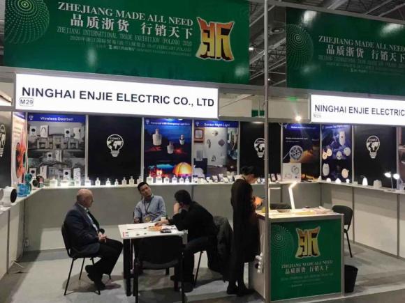 W Warszawie odbyły się międzynarodowe targi markowych produktów Przemysł, BIZNES - Zainteresowanie artykułami pochodzącymi z Chin nieustannie rośnie. Dowodem tego jest trzecia edycja targów Zhejiang International Trade Exhibition Poland 2020, które odbyły się w hali numer 3. podczas Targów ŚWIATŁO 2020 w Warszawie.