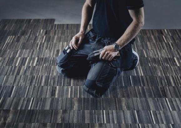 Rozciągnięty komfort pracy, spodnie robocze ze stretchem! Przemysł, BIZNES - Dziesiątki, setki albo i tysiące kucnięć, wypadów czy wręcz szpagatów to codzienność fachowców pracujących w warsztatach, fabrykach i na budowach. W tak wymagających warunkach trzeba nie tylko wykazać się dobrą kondycją, ale także dysponować odpowiednimi… spodniami.