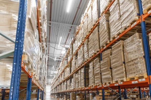 Ergonomia i bezpieczeństwo - LED-owe oświetlenie magazynów Przemysł, BIZNES - Wysokie konstrukcje i wąskie przejścia między regałami w magazynach wymagają specjalnego oświetlenia. Producent GTV przygotował ofertę przemysłowego oświetlenia LED-owego, które jest coraz bardziej popularne.