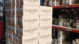 Firma pończosznicza Gabriella pomaga lekarkom i pielęgniarkom BIZNES, Gospodarka - Łódzka firma pończosznicza Gabriella, zaangażowała się w pomoc personelowi medycznemu. W ramach akcji wspierającej służbę zdrowia, przekazała pierwszą partię z kilku tysięcy naszykowanych do rozesłania par specjalistycznych rajstop.