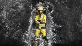 Robocze ubrania przeciwdeszczowe, czyli jak sprawić, by deszcz w pracy uszedł na Przemysł, BIZNES - Niektórzy lubią w deszczu spacerować, a inni nawet tańczyć i śpiewać. Ale są i tacy, którzy muszą w takich warunkach pracować. To z myślą o nich projektowane są specjalne ubrania robocze, stanowiące swoistą wodoodporną zbroję.