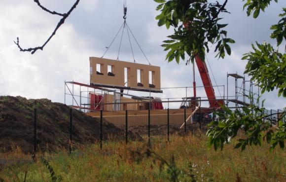 Rekord: 5 dni do gotowego domu Przemysł, BIZNES - Trzy dni prefabrykowano elementy według otrzymanego projektu, by dwa dni później w Lubaszu stanął gotowy dom jednorodzinny z poddaszem użytkowym. W rekordowym tempie powstał energooszczędny, ekologiczny i zdrowy budynek, a do jego montażu wystarczyły... 3 osoby i dźwig.