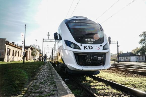 """Więcej przystanków """"na żądanie"""" na Dolnym Śląsku Transport, BIZNES - Sukcesem zakończył się pilotażowy program wprowadzenia przystanków """"na żądanie"""", który zainaugurowały Koleje Dolnośląskie. Teraz przewoźnik pracuje nad rozwinięciem projektu."""