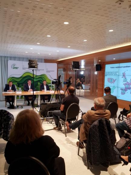 Bezpieczeństwo i efektywność w nowej rzeczywistości-branża budowlana podsumowuje BIZNES, Gospodarka - Polska jest czwartym co do wielkości producentem betonu towarowego w Europie. Produkujemy go rocznie ponad 26 mln. m3 – tyle, ile wystarczyłoby, żeby wypełnić 10 piramid Cheopsa. W tym roku budownictwo mierzy się z nową rzeczywistością – w produkcji, zatrudnieniu i transporcie.